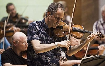 Violinist Eugene Drucker practices with the Raanana Symphonette Orchestra during a rehearsal concert at the Music Hall in Raanana, central Israel on May 27, 2015.  (Dan Balilty/AP)