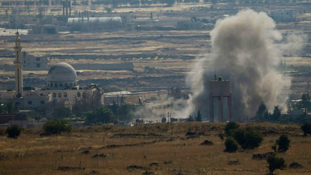 Smoke and explosions from fighting between forces loyal to Syrian President Bashar Assad and rebels, in the Quneitra area, seen from the Israeli-controlled Golan Heights, Wednesday, June 17, 2015 (AP Photo/Ariel Schalit)