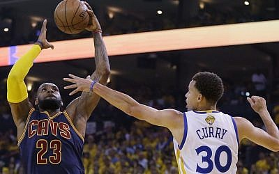 Cleveland Cavaliers forward LeBron James (23) shoots against Golden State Warriors guard Stephen Curry (30) during the first half of Game 5 of basketball's NBA Finals in Oakland, Calif., Sunday, June 14, 2015. (AP/Ben Margot)
