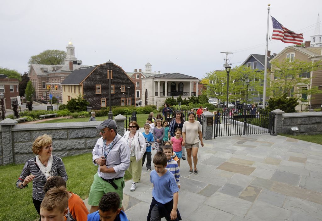 Children from a area school visit Touro Synagogue, the nation's oldest, in Newport, R.I. (AP Photo/Stephan Savoia)