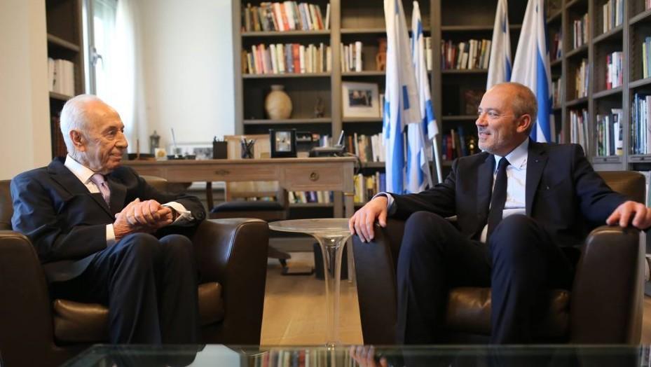 Former president Shimon Peres hosts visiting Orange CEO Stephane Richard on June 12, 2015 (via Facebook)
