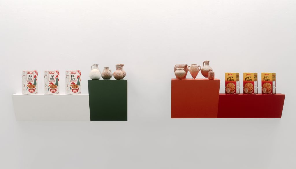Haim Steinbach, born Rehovot (Israel) 1944, active New York stay with friends 2, 1986, Two plastic laminated wood shelves; Kellogg's and Telma cereal boxes; Iron and Bronze Age jugs (Courtesy Israel Museum)