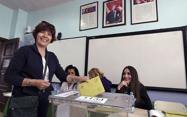 Turkish woman Guliz Delikoc casts her vote at a polling station in a primary school in Ankara, Turkey, Sunday, June 7, 2015 (AP Photo/Burhan Ozbilici)