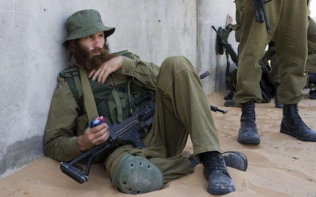 Illustrative photo of an IDF reserve-duty soldier in the Negev Desert in southern Israel (Matanya Tausig/Flash90)