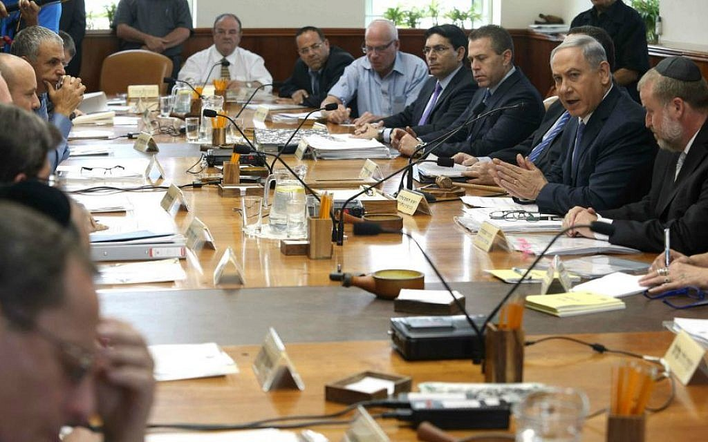 Prime Minister Benjamin Netanyahu leads the weekly cabinet meeting in Jerusalem on June 7, 2015. Photo by Amit Shabi/Flash90