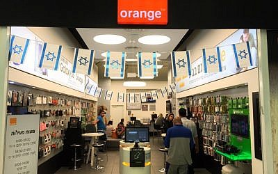 Israelis shop inside a store belonging to Partner, which uses the name of French telecom company Orange, in Jerusalem on June 4, 2015 (AFP PHOTO / THOMAS COEX)