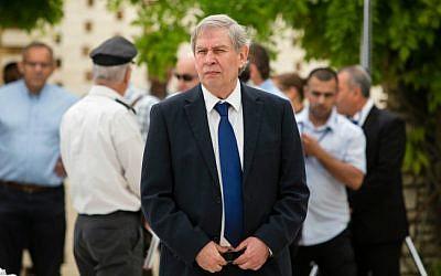 Mossad head Tamir Pardo at Mount Herzl military cemetery on April 30, 2014 (David Vaaknini/ pool/ Flash 90)