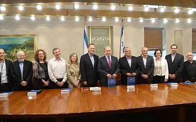 Committee chief Maj. Gen. (res) Yohanan Locker, center, stands alongside Prime Minister Benjamin Netanyahu after presenting his commission's recommendations for the defense budget. (Amos Ben Gershon/ GPO)