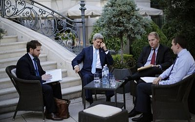 US Secretary of State John Kerry (C) and State Department Chief of Staff Jon Finer (L) meet with members of the US delegation at the garden of the Palais Coburg hotel where the Iran nuclear talks are being held in Vienna, Austria July 10, 2015. (AFP/Pool/Carlos Barria)