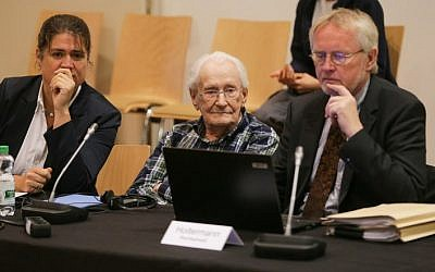 Defendant Oskar Groening (C) sits between his lawyers Hans Holtermann (R) and Susanne Frangenberg prior to a session of his trial on July 14, 2015 at court in Lueneburg, northern Germany. (AFP PHOTO / POOL / AXEL HEIMKEN)