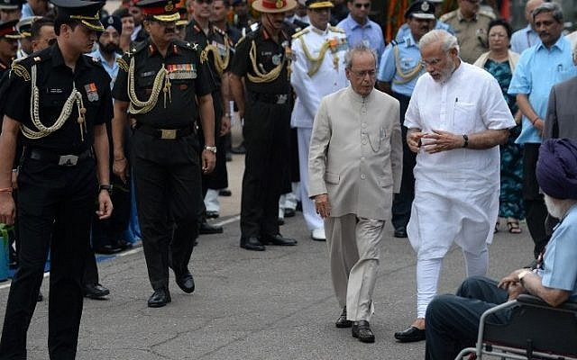 Indian Prime Minister Narendra Modi, right, and President Pranab Mukherjee seen surrounded by members of staff in New Delhi, July 28, 2015. (AFP/PRAKASH SINGH)