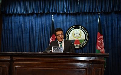 Deputy presidential spokesman Zafar Hashimi speaks during a press conference in Kabul on July 29, 2015. (AFP PHOTO / SHAH Marai)