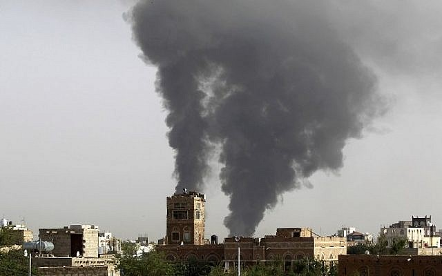 Smoke billows following air-strikes by the Saudi-led coalition on a weapons depot at a military airport, currently controlled by Yemeni Shiite Huthi rebels, on July 7, 2015 in the capital Sanaa. (AFP PHOTO / MOHAMMED HUWAIS)