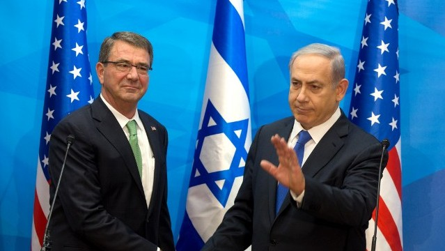 US Defence Secretary Ashton Carter (L) shakes hands with Israeli Prime Minister Benjamin Netanyahu ahead of their meeting in Jerusalem, on July 21, 2015. (AFP photo/Pool/Menahem Kahana)