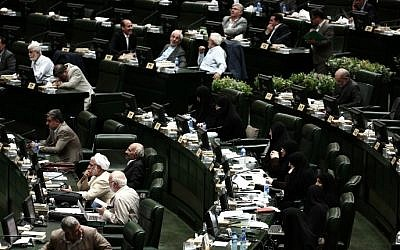 Iranian MPs listen to a speech by Foreign Minister Mohammed Javad Zarif in the parliament building in Tehran, July 21, 2015, defending the nuclear deal. (AFP Photo/Behrouz Mehri)