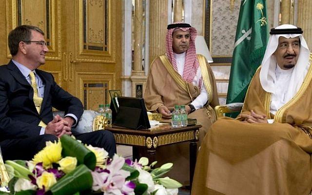 US Defense Secretary Ashton Carter, left,  meets with Saudi King Salman at Al-Salam Palace in Jeddah on July 22, 2015. (AFP/POOL/CAROLYN KASTER)