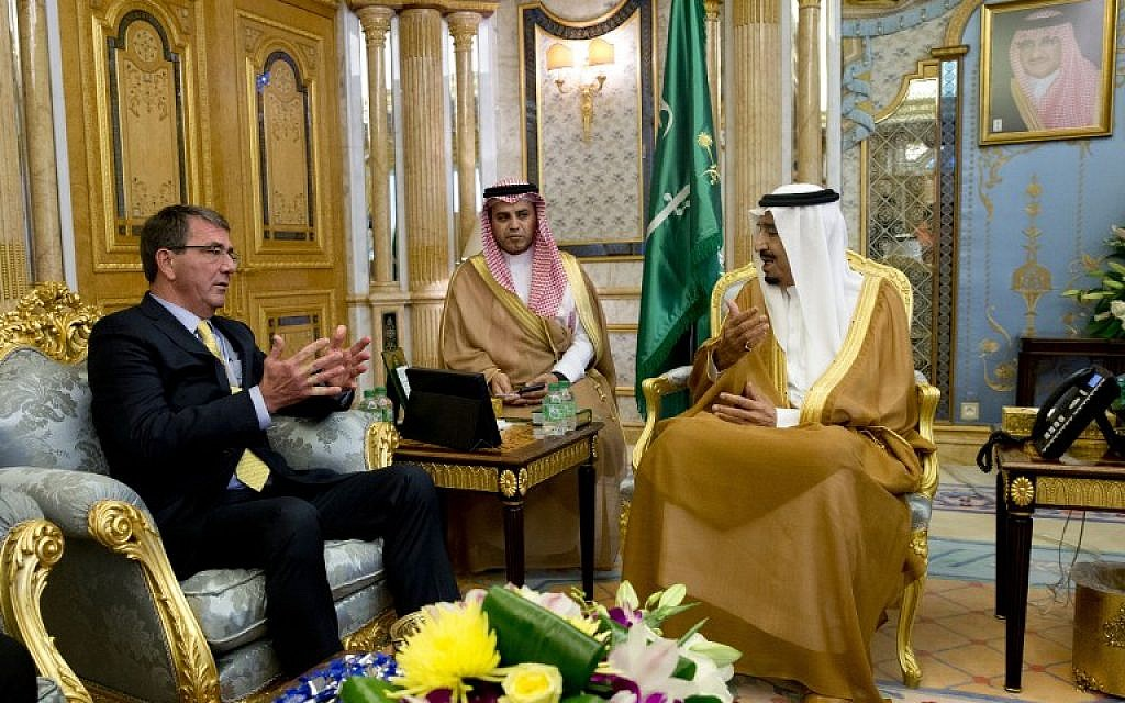 US Defense Secretary Ashton Carter (L) meets with Saudi King Salman (R) at Al-Salam Palace in Jeddah on July 22, 2015 (AFP PHOTO / POOL / CAROLYN KASTER)