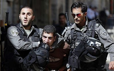 Israeli security forces arrest a Palestinian man during clashes between Palestinian protesters and Israeli police in Jerusalem's Old City on July 26, 2015. (AFP PHOTO / AHMAD GHARABLI)