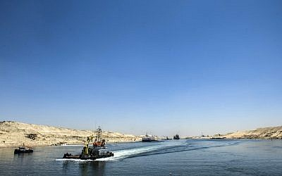 Boats crossing the new waterway at the new Suez Canal in the Egyptian port city of Ismailia, east of Cairo, July 29, 2015. (AFP/ KHALED DESOUKI)