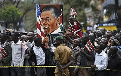 Crowds of Kenyans gather near the Memorial Park on July 25, 2015 in the city center of Nairobi to watch US President Barack Obama's convoy during his first visit to the country since his election. (AFP PHOTO/CARL DE SOUZA)