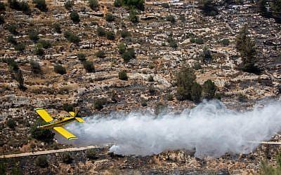 Israeli firefighter airplanes try to extinguish a large fire raging near Jerusalem's Ein Yael on July 5, 2015. (Yonatan Sindel/Flash90)