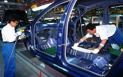 Chinese workers on the production line of the General Motors car factory in Shanghai, China. July 31, 2007. (Serge Attal/FLASH90)