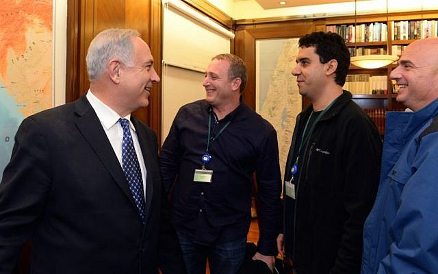 Prime Minister Benjamin Netanyahu (left) meets with the owners of the Israeli start-up Waze in Jerusalem, January 15, 2014. (Haim Zach/GPO/Flash90)