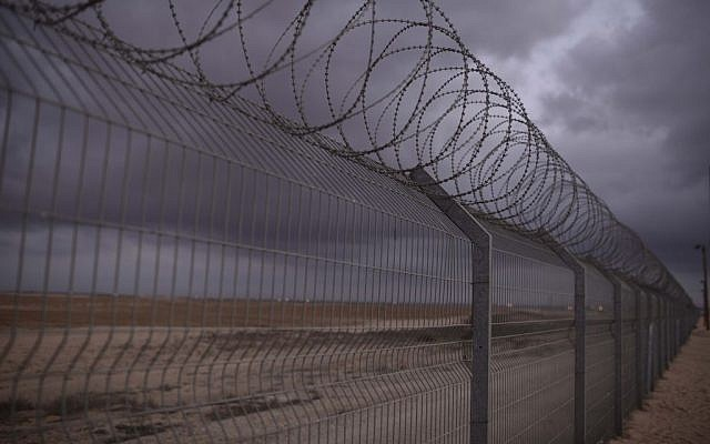 File: The border fence along the Israel-Gaza border, August 10, 2014 (Tomer Neuberg/Flash90)