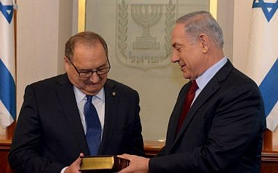 Abraham Foxman with Prime Minister Benjamin Netanyahu in Jerusalem, May 21, 2015. (Haim Zach/GPO)