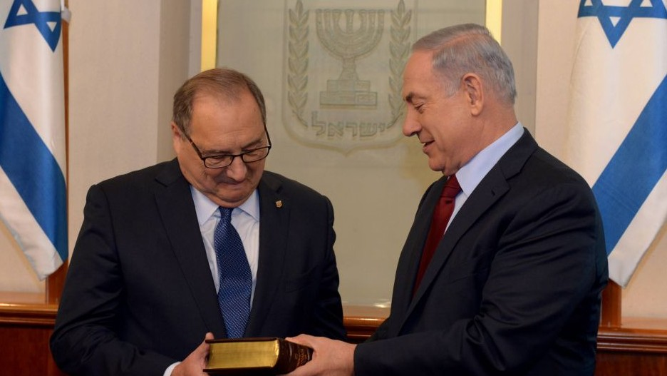Abraham Foxman with Prime Minister Benjamin Netanyahu in Jerusalem, May 21, 2015. (Photo by Haim Zach / GPO)