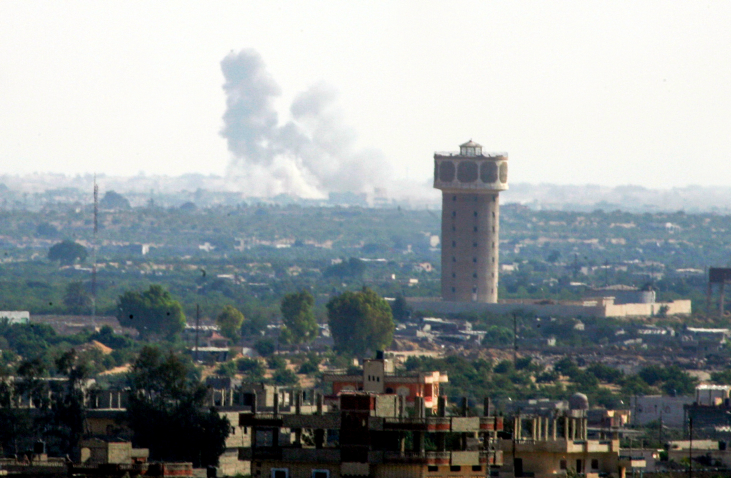 Smoke rises in Egypt's northern Sinai, as seen from the border of the Gaza Strip, on July 1, 2015, amid fierce clashes between government forces and Islamic State-affiliated gunmen. (Abed Rahim Khatib /Flash90)
