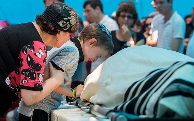 The family of Malachy Moshe Rosenfeld mourn near his body during his funeral at Kohav Hashahar in the West Bank, July 1, 2015. (Yonatan Sindel/FLASH90)