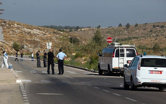 Police at the scene of where Deputy Commissioner Ephraim Bracha, head of the Israel Police's National Fraud Unit, shot himself in his car near his home in the city of Modiin July 5, 2015. (Yonatan Sindel/Flash90)