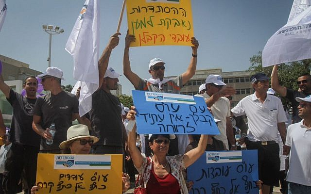 Thousands demonstrate in a protest set up by the Histadrut in support of contract workers, at Habima Square in Tel Aviv, on July 16, 2015. (Photo by Flash90)