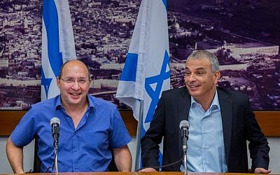 Finance Minister Moshe Kahlon (R) seen with  of Histadrut Chairman Avi Nissenkorn during a press conference regarding a deal on government contract workers at the Ministry of Finance in Jerusalem on July 20, 2015. (Yonatan Sindel/Flash90)