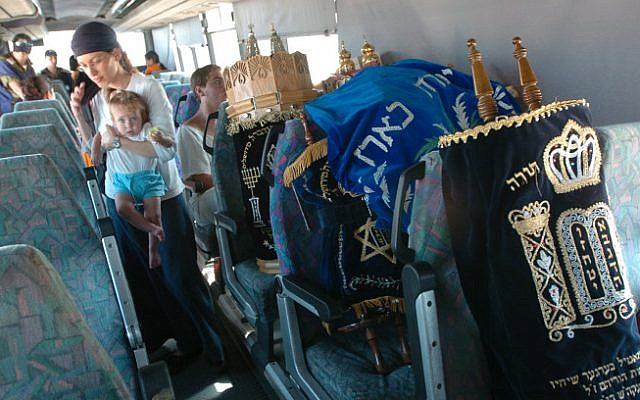 Israeli settlers and Torah scrolls being evacuated from the Gaza Strip on August 21, 2005 (Nati Shohat/ Flash 90)