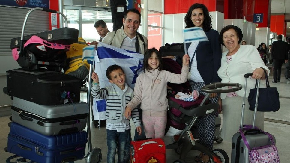 French Jewish families about to immigrate to Israel at Charles de Gaulle Airport outside Paris on July 27, 2015 (Jeremy Fournée/The Jewish Agency for Israel)