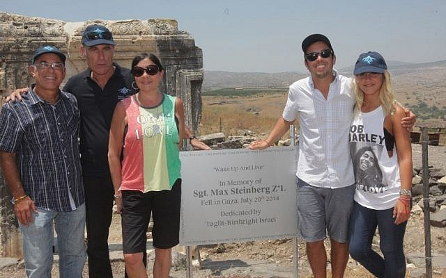 (L to R) Stuart Steinberg, CEO of Birthright Israel Gidi Mark, Evie, Jake and Paige Steinberg at the memorial for Max Steinberg on  July 16, 2015. (Erez Uzir/ Birthright Israel)
