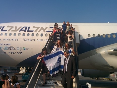 Some of 221 North Americans arriving as immigrants to Israel, and greeted by Absorption Minister Ze'ev Elkin, July 14, 2015 (Courtesy)