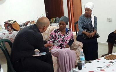 Ashkelon mayor Itamar Shimoni meeting the mother of Avraham Mengistu, who disappeared into the Gaza Strip in September, July 9, 2015. (courtesy Ashkelon municipality).