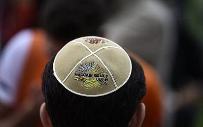 A man wears a Kippa during a Memorial ceremony for the victims of the Holocaust before the official opening ceremony of the 14th European Maccabi Games in Berlin, on July 28, 2015. (AFP PHOTO / TOBIAS SCHWARZ)