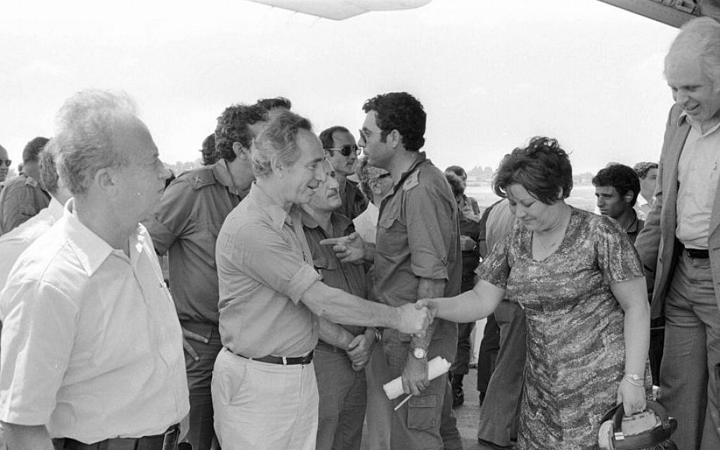 Shimon Peres and Yitzhak Rabin greet the freed hostages on July 4, 1976 (courtesy of IDF Archive)