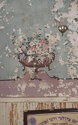 A dilapidated mural in the study hall of Boston's so-called Vilna Shul, as photographed on July 17, 2015. In the weeks ahead, the mural will be restored by volunteers using mosaic tiles, according to Barnet Kessel, head of Boston's Center for Jewish Culture. The urn with flowers was originally painted during the Great Depression, not long after the building construction in 1919, noted Kessel. (photo credit: Matt Lebovic/The Times of Israel).