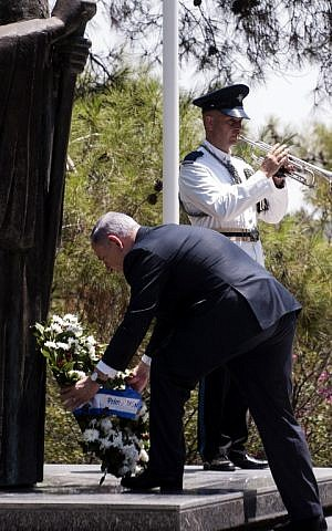 Israeli Prime Minister Benjamin Netanyahu (C) lays a wreath at the statue of the late President of the Republic of Cyprus Archbishop Makarios III upon his arrival on July 28, 2015 (AFP PHOTO / IAKOVOS HATZISTAVROU)