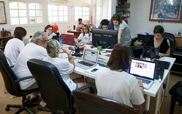 Members of the Yala Young Leaders group, an Internet-based peace movement of Middle Eastern and North African youth, at the group's headquarters in Tel Aviv, Israel,  July 2, 2015 (AP/Dan Balilty)