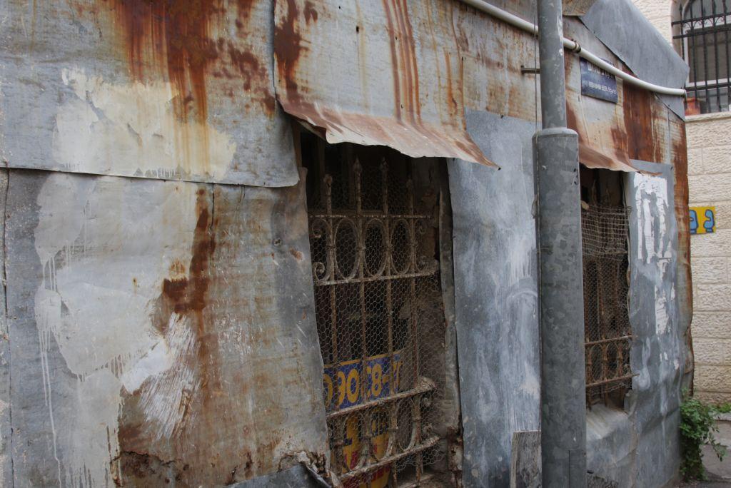 A tin house in Shevet Tzedek (Shmuel Bar-Am)