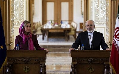 Iranian Foreign Minister Mohammad Javad Zarif (R) and EU foreign policy chief Federica Mogherini take part in a press conference following their talks in the capital Tehran on July 28, 2015. (AFP PHOTO / BEHROUZ MEHRI)