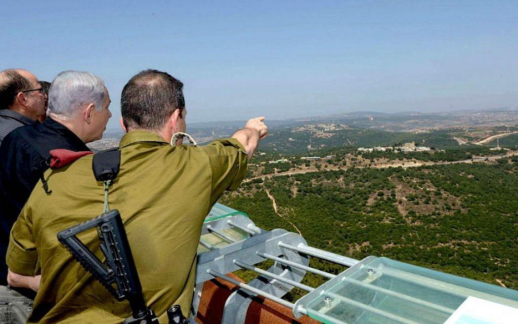 From right, Maj. Gen. Aviv Kochavi, Prime Minister Benjamin Netanyahu and Defense Minister Moshe Ya'alon on a tour of the northern border, August 18, 2015. (Amos Ben-Gershom/GPO)