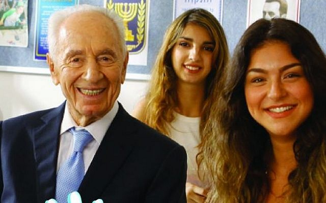 Former president Shimon Peres poses with two students on a recruitment poster for the Education Ministry's new 'Five Unit' math training program. (Education Ministry)