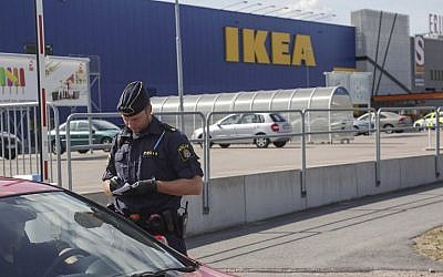 A cellphone picture taken on August 10, 2015, shows a police officer in front of an IKEA market in the central Swedish town of Vasteras. (AFP PHOTO / TT NEWS AGENCY / PETER KRUGER)